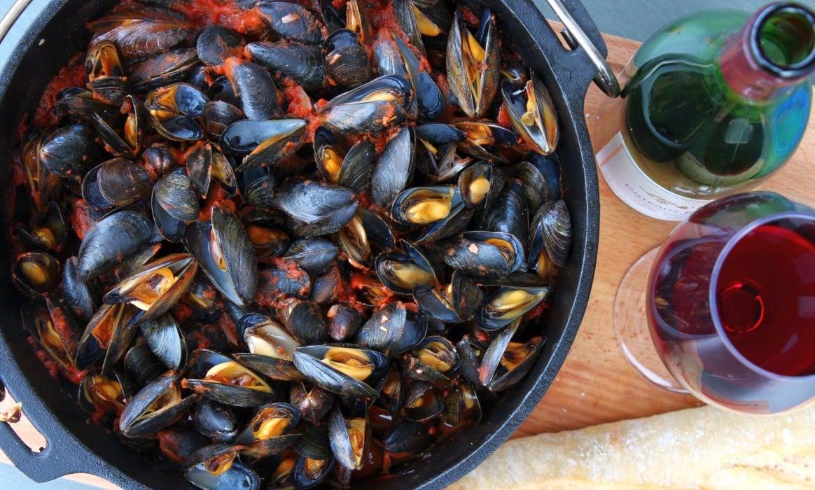 Miesmuscheln aus dem Dutch Ovenn miesmuscheln zubereiten-Muscheln zubereiten Miesmuscheln Dutch Oven-Miesmuscheln zubereiten – Muscheln mit Tomaten-Knoblauch-Sauce