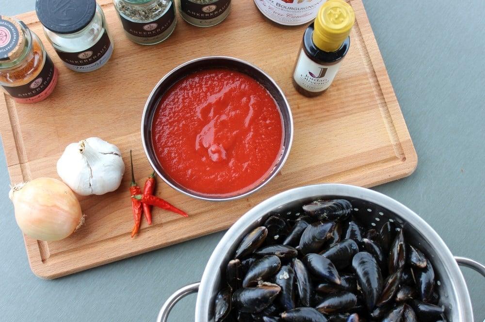 Miesmuscheln zubereiten - Alle Zutaten auf einen Blick miesmuscheln zubereiten-Muscheln zubereiten Miesmuscheln Dutch Oven 01-Miesmuscheln zubereiten – Muscheln mit Tomaten-Knoblauch-Sauce