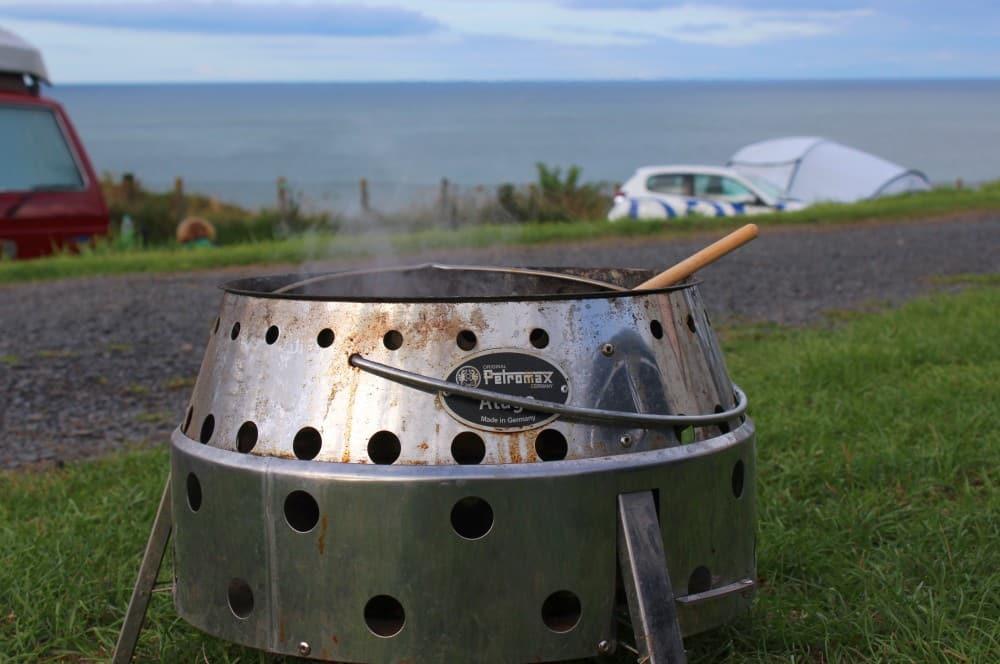 Zwiebeln und Knoblauch werden im Dutch Oven angedünstet miesmuscheln zubereiten-Muscheln zubereiten Miesmuscheln Dutch Oven 03-Miesmuscheln zubereiten – Muscheln mit Tomaten-Knoblauch-Sauce