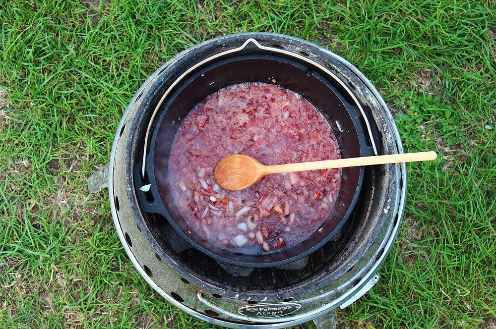 Knoblauch und Zwiebeln werden mit Rotwein abgelöscht miesmuscheln zubereiten-Muscheln zubereiten Miesmuscheln Dutch Oven 04-Miesmuscheln zubereiten – Muscheln mit Tomaten-Knoblauch-Sauce