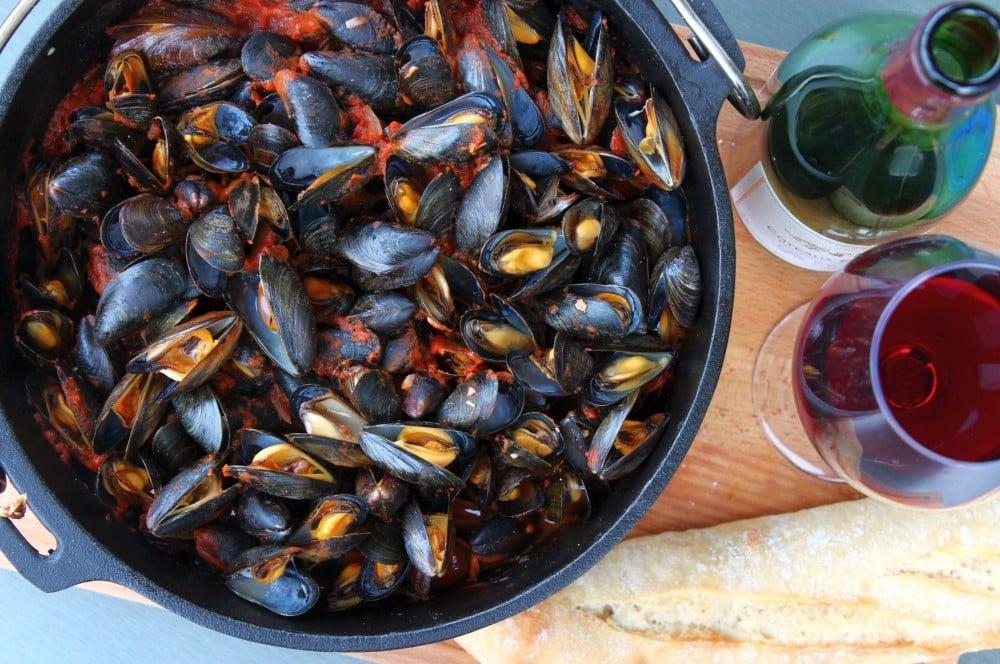 Miesmuscheln zubereiten ist nicht schwer miesmuscheln zubereiten-Muscheln zubereiten Miesmuscheln Dutch Oven 05-Miesmuscheln zubereiten – Muscheln mit Tomaten-Knoblauch-Sauce