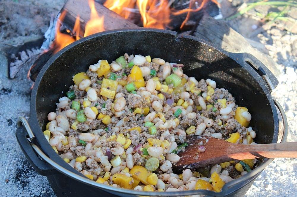 Die Zutaten für das weiße Chili con Carne werden im Feuertopf angeschwitzt weißes chili con carne-Weisses Chili Dutch Oven 02-Weißes Chili con Carne