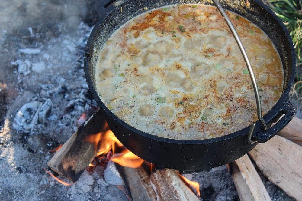 Nach 30 Minuten wird das Chili mit geöffnetem Deckel einreduziert weißes chili con carne-Weisses Chili Dutch Oven 03-Weißes Chili con Carne