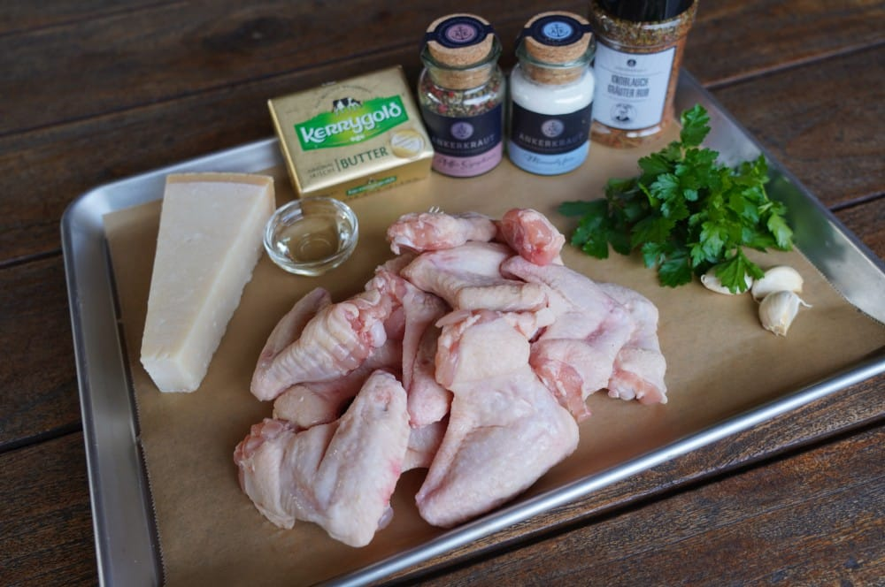 Alle Zutaten für die Garlic Parmesan Chicken Wings auf einen Blick garlic parmesan chicken wings-Garlic Parmesan Wings 01-Garlic Parmesan Chicken Wings – Knoblauch Parmesan Hähnchenflügel
