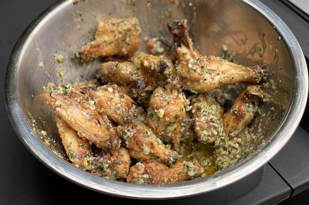 Die Wings werden in die Sauce gegeben garlic parmesan chicken wings-Garlic Parmesan Wings 07-Garlic Parmesan Chicken Wings – Knoblauch Parmesan Hähnchenflügel