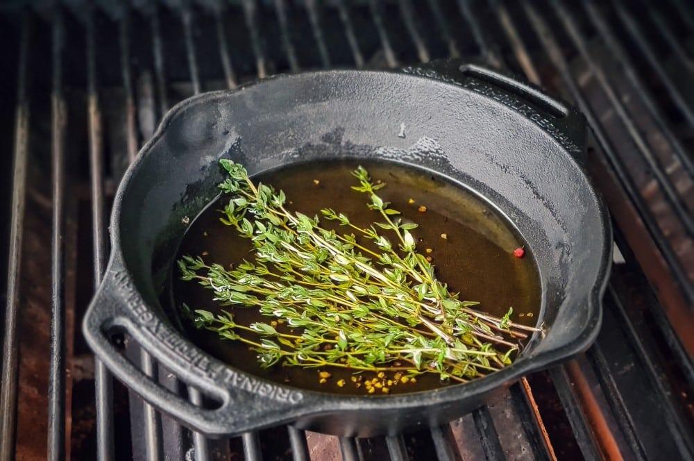 Das Würz-Öl wird zubereitet petite tender-Petite Tender Anchovi Salsa 02-Petite Tender mit Anchovi-Salsa
