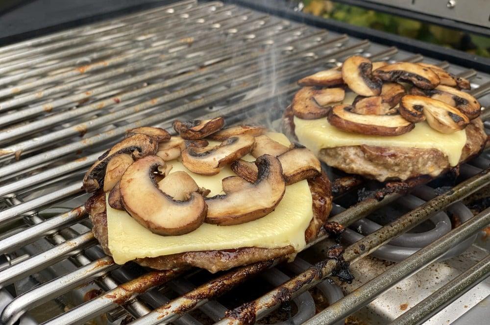 Der Cheddar wird auf dem Patty angeschmolzen wildburger-Wildburger Kuerbis Bun 04-Wildburger im Kürbis-Bun