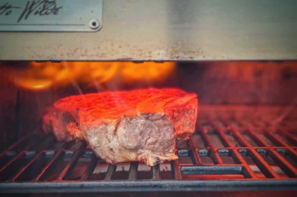 """Das Steak wird im OFB """"gefinished"""" surf and turf-Surf and Turf Cowboyteak Garnelen Knoblauchsauce 03-Surf and Turf – Cowboysteak mit Garnelen und Knoblauchsauce"""