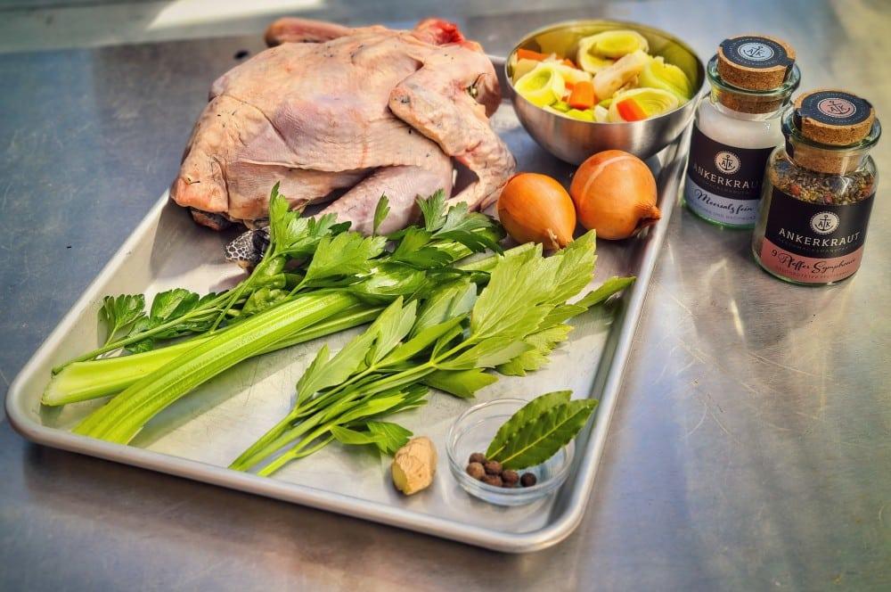 Alle Zutaten für die Hühnersuppe auf einen Blick hühnerfrikassee-Huehnerfrikassee 01-Hühnerfrikassee vom Schwarzfederhuhn