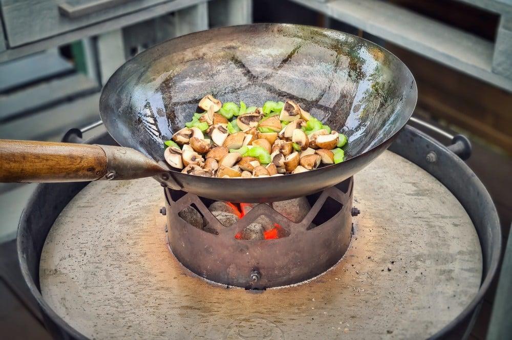 Das Gemüse wird im Wok angebraten hühnerfrikassee-Huehnerfrikassee 05-Hühnerfrikassee vom Schwarzfederhuhn