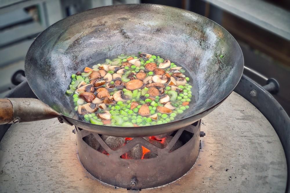Das Gemüse wird mit Hühnerbrühe abgelöscht hühnerfrikassee-Huehnerfrikassee 06-Hühnerfrikassee vom Schwarzfederhuhn