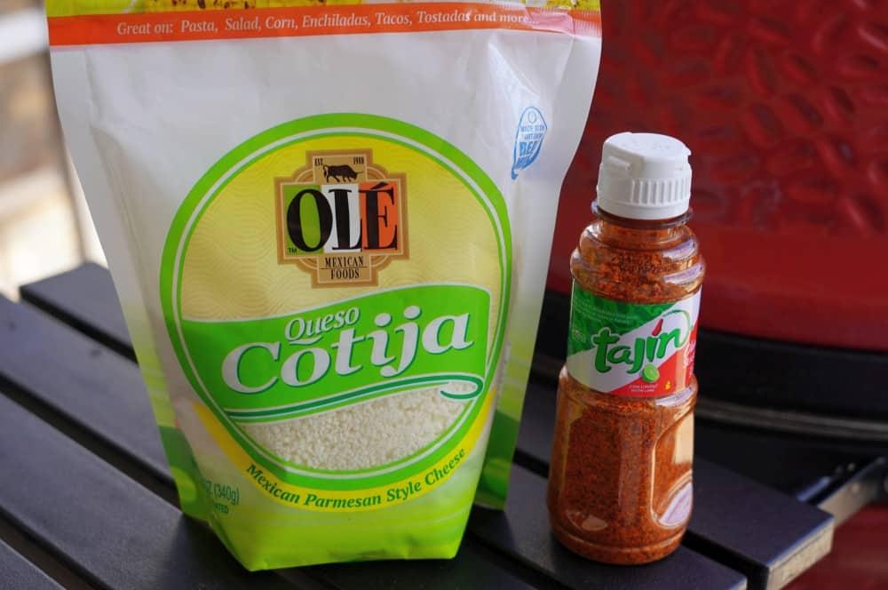 Cotija-Käse und Tajine sind typisch für Elote elote-Elote Mexikanischer Streetfood Mais 01-Elote – Mexikanischer Streetfood Mais