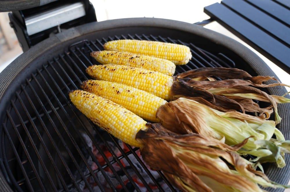 Die Maiskolben werden von allen Seiten angeröstet elote-Elote Mexikanischer Streetfood Mais 04-Elote – Mexikanischer Streetfood Mais