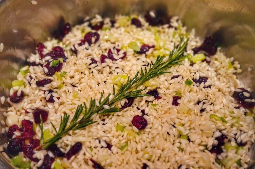 Das Cranberry-Risotto wird zubereitet gänsebrust-Gaensebrust Cranberry Risotto 05-Gänsebrust mit Cranberry-Risotto und Portweinbirne