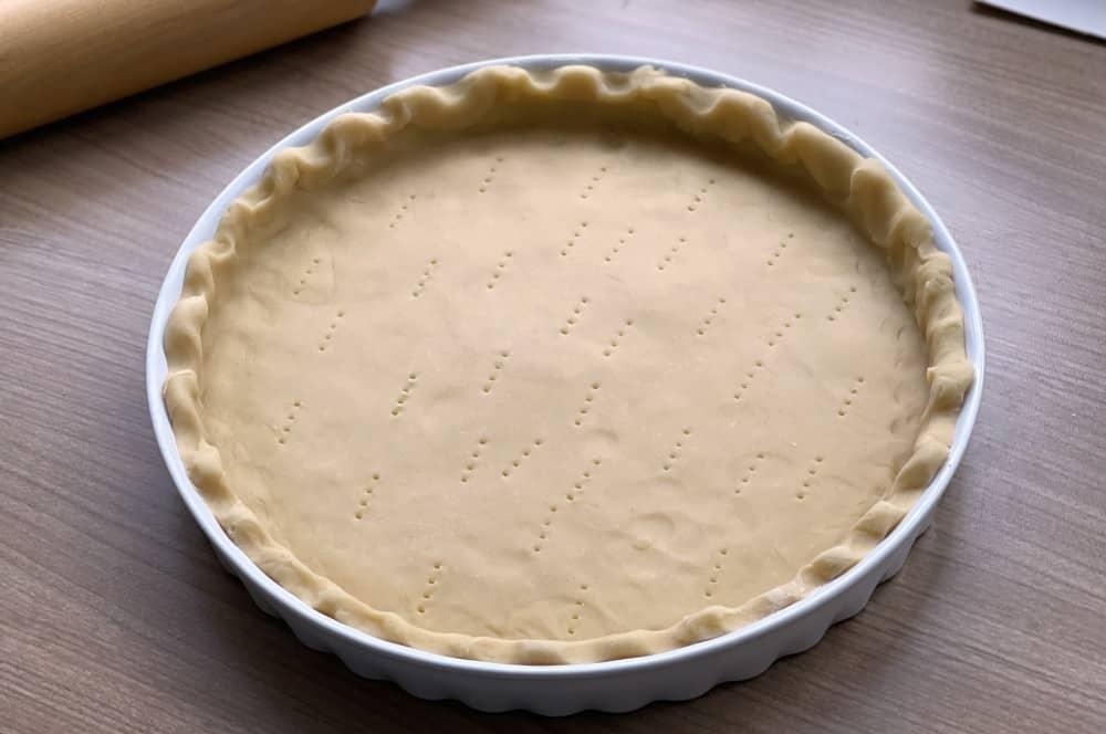 Mit einer Gabel werden Löcher in den Teig gestochen pumpkin pie-Pumpkin Pie Kuerbiskuchen 03-Pumpkin Pie – Rezept für amerikanischen Kürsbiskuchen