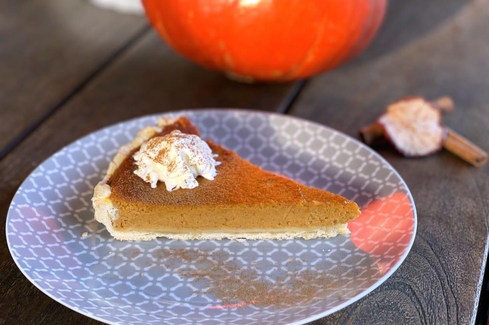Der Pumpkin Pie wird mit Sahne serviert pumpkin pie-Pumpkin Pie Kuerbiskuchen 07-Pumpkin Pie – Rezept für amerikanischen Kürsbiskuchen