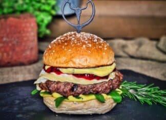 Camembert-Burger mit Preiselbeeren