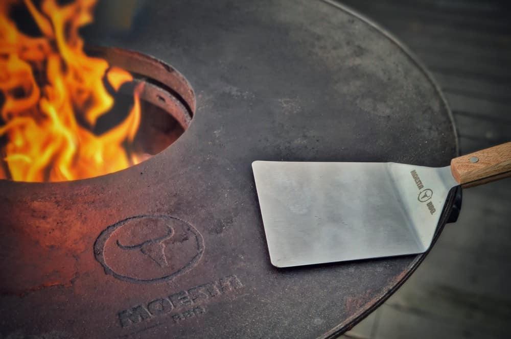 Die BBQ-Disk heizt auf und der Feuerspachtel von Moesta-BBQ ist bereit camembert-burger-Camembert Burger Preiselbeeren 03-Camembert-Burger mit Preiselbeeren