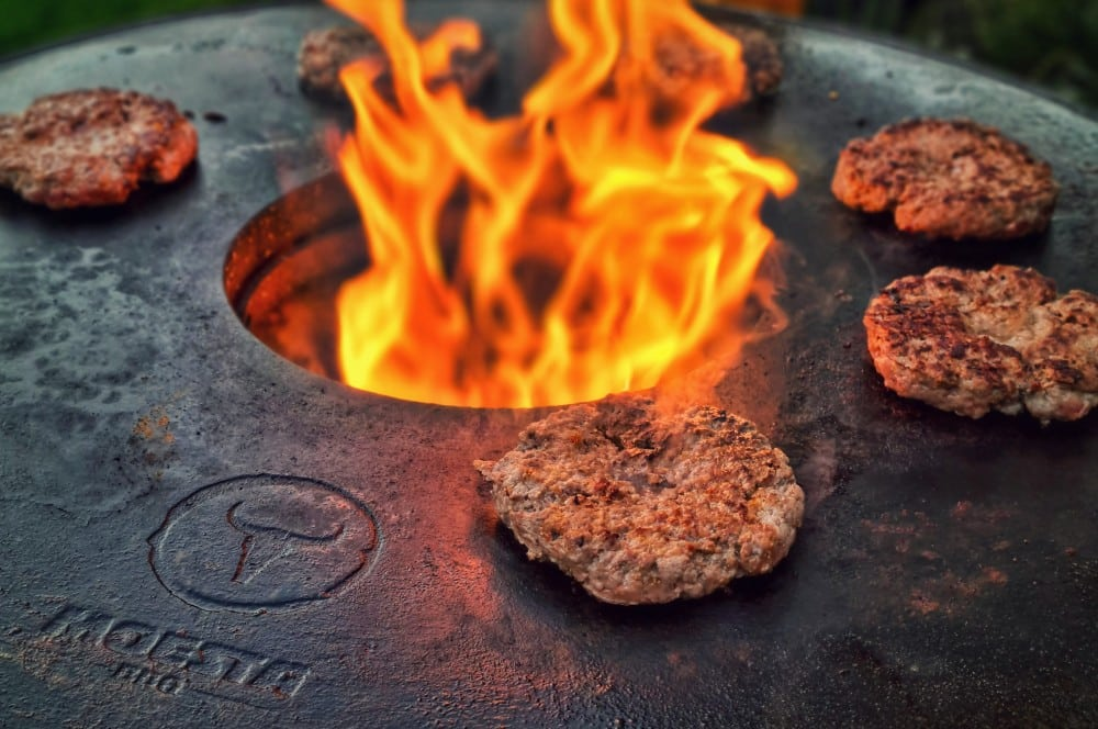 Die Burger-Patties werden zwei Minuten je Seite gegrillt camembert-burger-Camembert Burger Preiselbeeren 04-Camembert-Burger mit Preiselbeeren