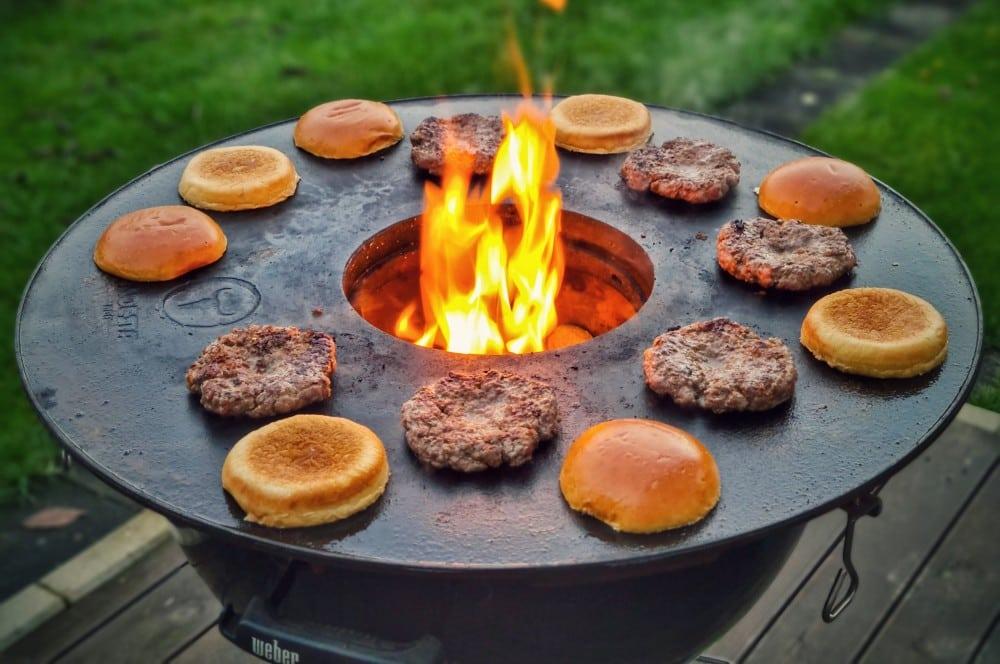Die Buns werden auf der BBQ-Disk angetoastet camembert-burger-Camembert Burger Preiselbeeren 05-Camembert-Burger mit Preiselbeeren