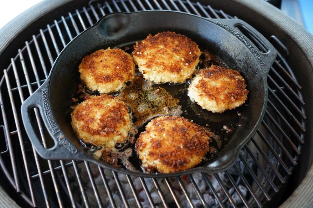 Die Crab Cakes werden etwa 4-5 Minuten je Seite bei mittlerer Hitze gebraten crab cakes-Crab Cakes 04-Crab Cakes – die etwas anderen Fischfrikadellen crab cakes-Crab Cakes 04-Crab Cakes – die etwas anderen Fischfrikadellen