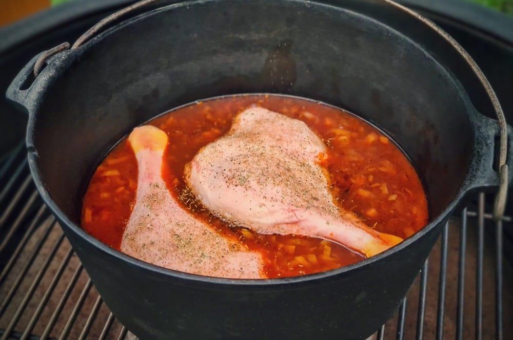 Die Gänsekeulen werden im Dutch Oven geschmort gänsekeule aus dem dutch oven-Gaensekeulen Brezn Kaesekuechlein 02-Gänsekeule aus dem Dutch Oven mit Brezn-Käseküchlein gänsekeule aus dem dutch oven-Gaensekeulen Brezn Kaesekuechlein 02-Gänsekeule aus dem Dutch Oven mit Brezn-Käseküchlein