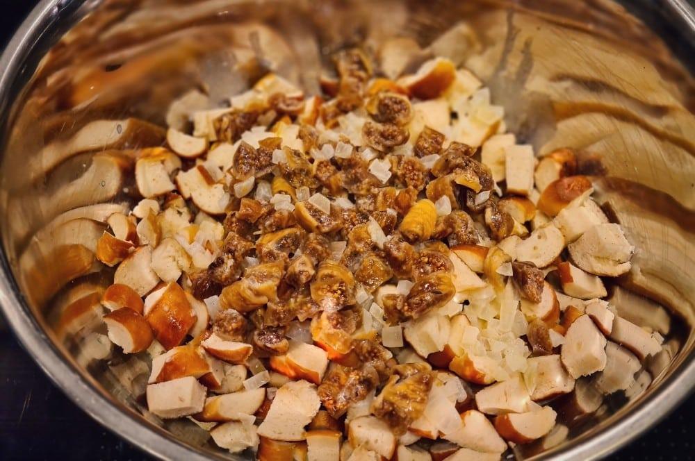 Die Brezn-Käseküchlein werden zubereitet gänsekeule aus dem dutch oven-Gaensekeulen Brezn Kaesekuechlein 03-Gänsekeule aus dem Dutch Oven mit Brezn-Käseküchlein gänsekeule aus dem dutch oven-Gaensekeulen Brezn Kaesekuechlein 03-Gänsekeule aus dem Dutch Oven mit Brezn-Käseküchlein