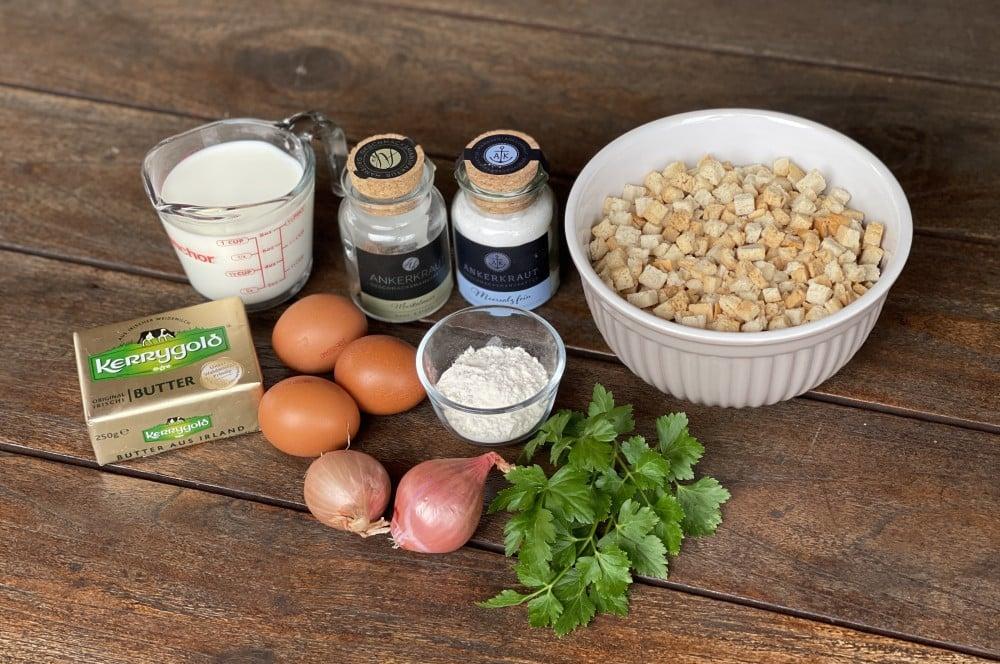 Alle Zutaten für Semmelknödel auf einen Blick semmelknödel-Semmelknoedel 01-Semmelknödel schnell und einfach selber machen