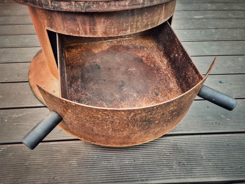 Die Ascheschublade ermöglicht eine saubere und einfache Reinigung moesta-bbq bandit-Moesta BBQ Bandit Fireplace Feuertonne Deluxe 04-Moesta-BBQ Bandit Fireplace – Die Feuertonne deluxe! moesta-bbq bandit-Moesta BBQ Bandit Fireplace Feuertonne Deluxe 04-Moesta-BBQ Bandit Fireplace – Die Feuertonne deluxe!