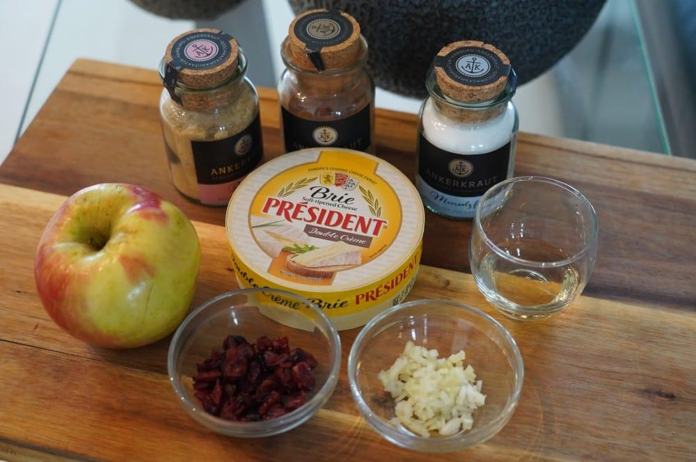 Alle Zutaten für den geplankten Brie auf einen Blick geplankter brie-Geplankter Brie Apfel Cranberry 01-Geplankter Brie mit Apfel-Cranberry-Topping