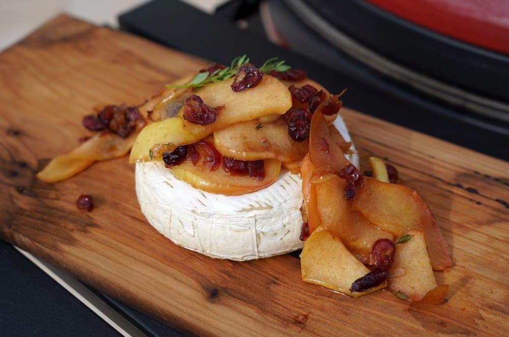 Geplankter Brie vom Kamado Joe Classic II Keramikgrill geplankter brie-Geplankter Brie Apfel Cranberry 05-Geplankter Brie mit Apfel-Cranberry-Topping