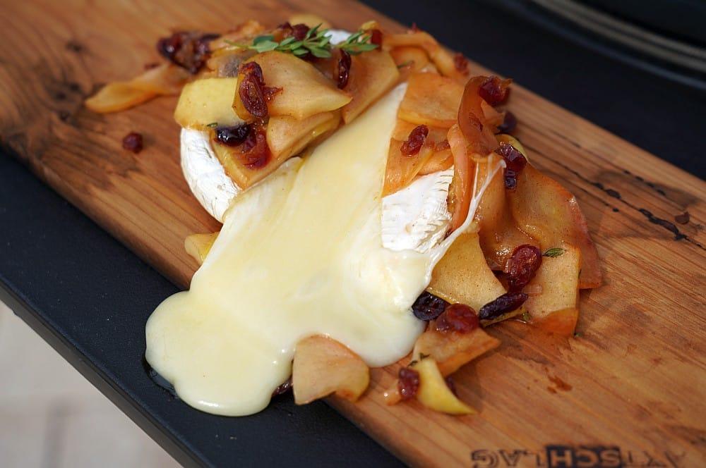 Der flüssige Brie läuft von der Planke geplankter brie-Geplankter Brie Apfel Cranberry 06-Geplankter Brie mit Apfel-Cranberry-Topping