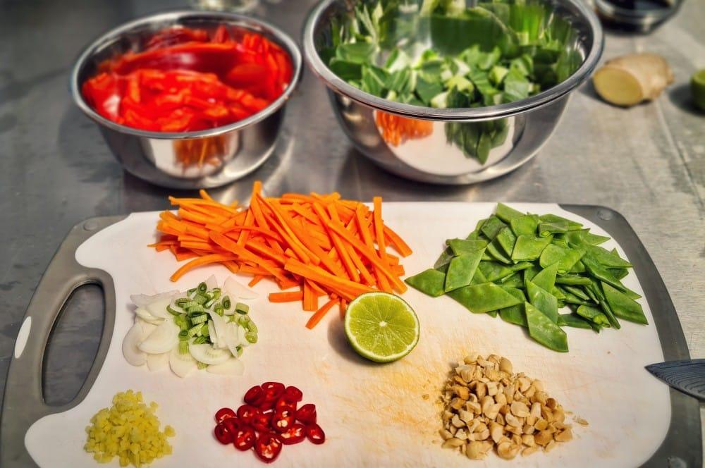 Das Gemüse wird klein geschnitten gebratene nudeln-Gebratene Nudeln asiatisch 02-Gebratene Nudeln mit Hühnchen wie vom Asiaten