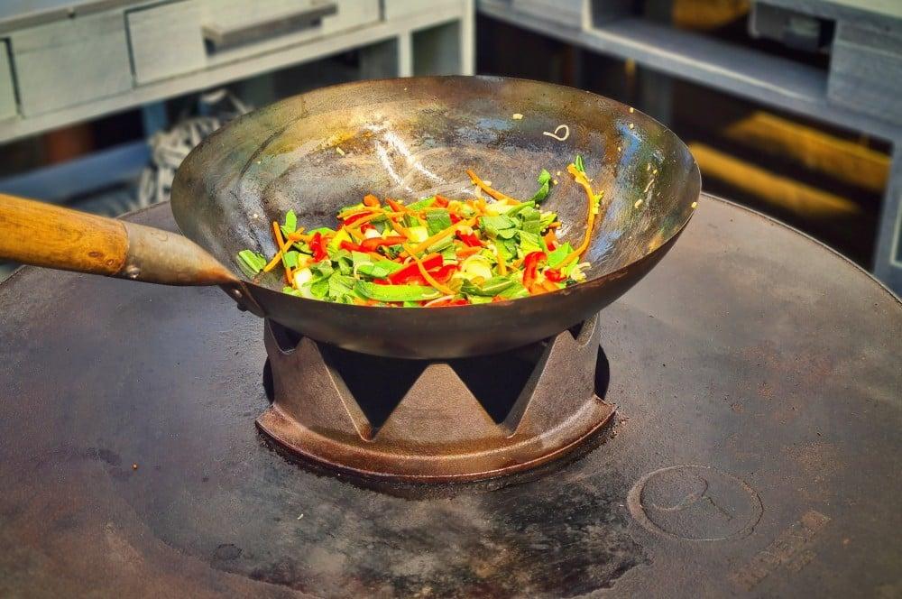 Das Gemüse wird im Wok angebraten gebratene nudeln-Gebratene Nudeln asiatisch 03-Gebratene Nudeln mit Hühnchen wie vom Asiaten gebratene nudeln-Gebratene Nudeln asiatisch 03-Gebratene Nudeln mit Hühnchen wie vom Asiaten