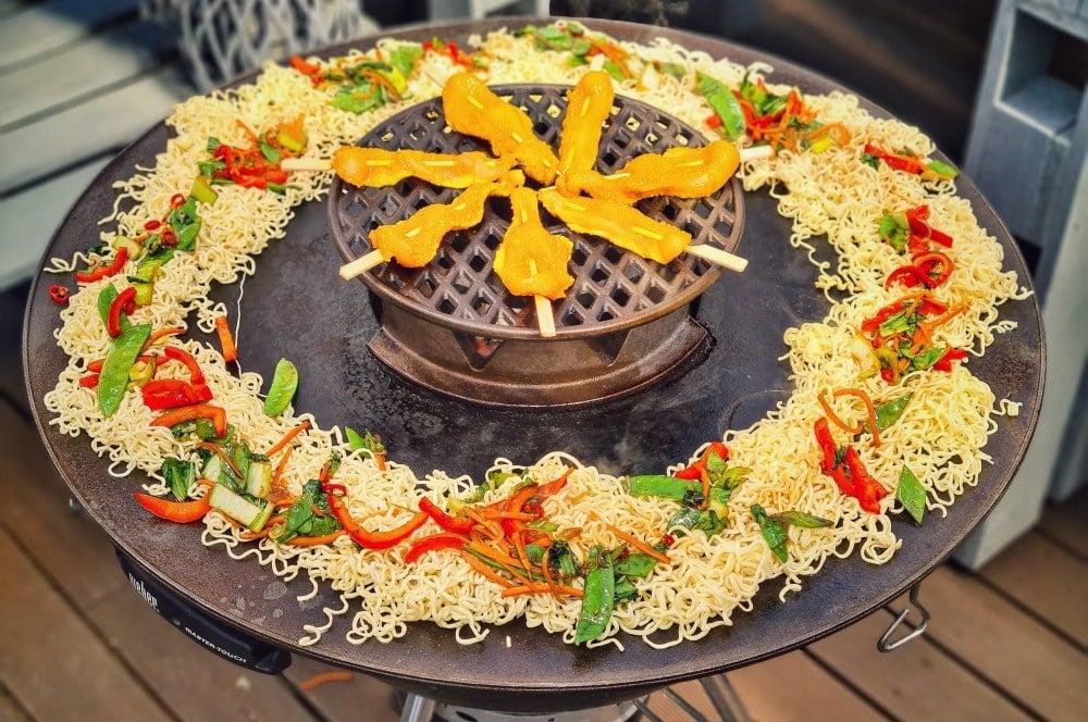 Die Nudeln werden auf der BBQ-Disk gebraten gebratene nudeln-Gebratene Nudeln asiatisch 04-Gebratene Nudeln mit Hühnchen wie vom Asiaten gebratene nudeln-Gebratene Nudeln asiatisch 04-Gebratene Nudeln mit Hühnchen wie vom Asiaten