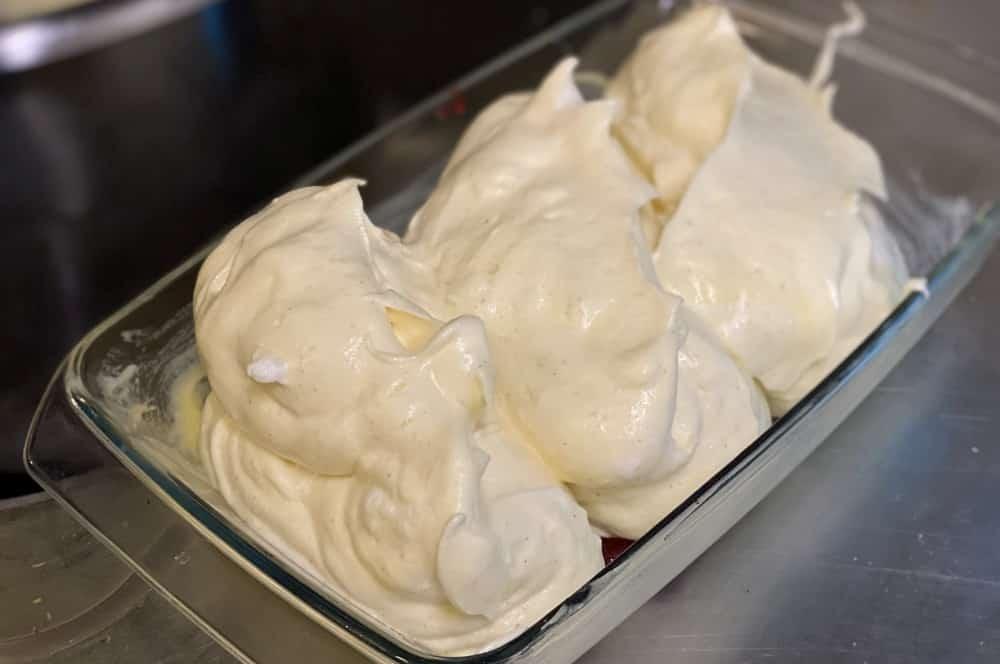 Die Salzburger Nockerl werden in eine Auflaufform geschichtet salzburger nockerl-Salzburger Nockerln 02-Salzburger Nockerl – Rezept für die Süßspeise aus Österreich