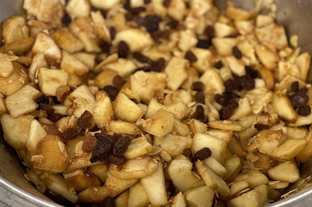 Die Füllung für den Apfelstrudel wird vorbereitet apfelstrudel-Apfelstrudel 02-Apfelstrudel – Rezept für den Strudelklassiker aus Österreich
