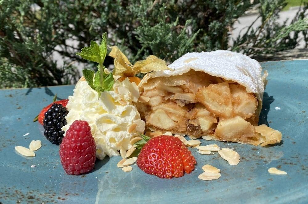 Apfelstrudel mit Sahne und frischen Früchten apfelstrudel-Apfelstrudel 07-Apfelstrudel – Rezept für den Strudelklassiker aus Österreich