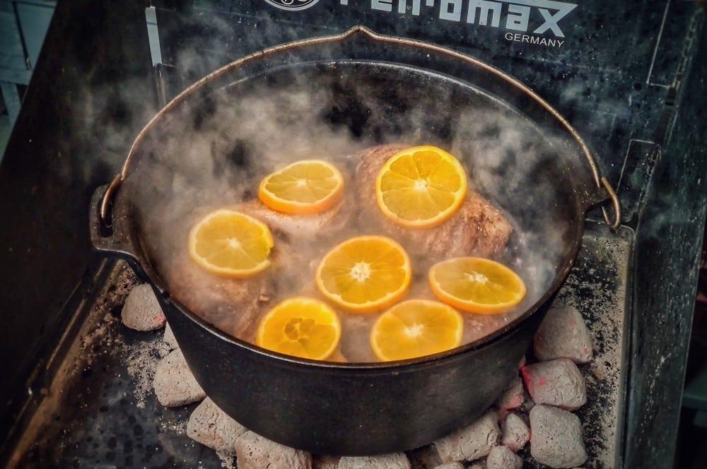 Die Entenkeulen werden mit Orangenscheiben bedeckt entenkeulen aus dem dutch oven-Entenkeulen Dutch Oven 05-Entenkeulen aus dem Dutch Oven mit Orangen & Rotwein-Schalottensauce