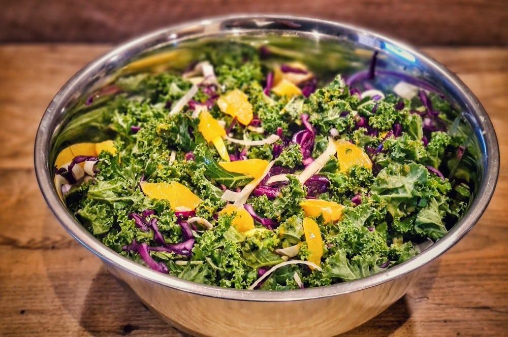 Der Salat wird vermengt wintersalat-Wintersalat Gruenkohl Rotkohl 03-Wintersalat mit Grünkohl, Rotkohl, Orangen und Nüssen