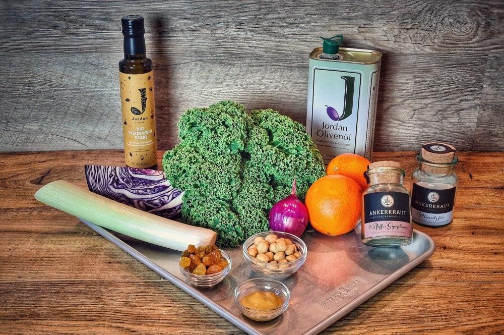 Alle Zutaten für den Wintersalat auf einen Blick wintersalat-Wintersalat Gruenkohl Rotkohl Zutaten-Wintersalat mit Grünkohl, Rotkohl, Orangen und Nüssen