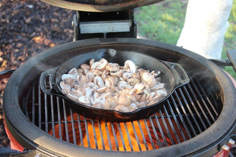 Die Champignons werden angebraten schweinefilet-medaillons in champignonrahm-Schweinefilet Medaillons Champignonrahm 02-Schweinefilet-Medaillons in Champignonrahm