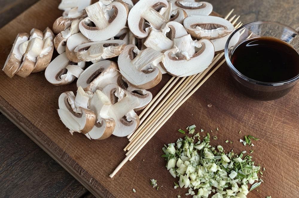 Die Champignons werden in 8-10 mm dicke Scheiben geschnitten balsamico-champignon-spieße-Balsamico Champignon Spiesse 02-Balsamico-Champignon-Spieße mit Knoblauch und Rosmarin
