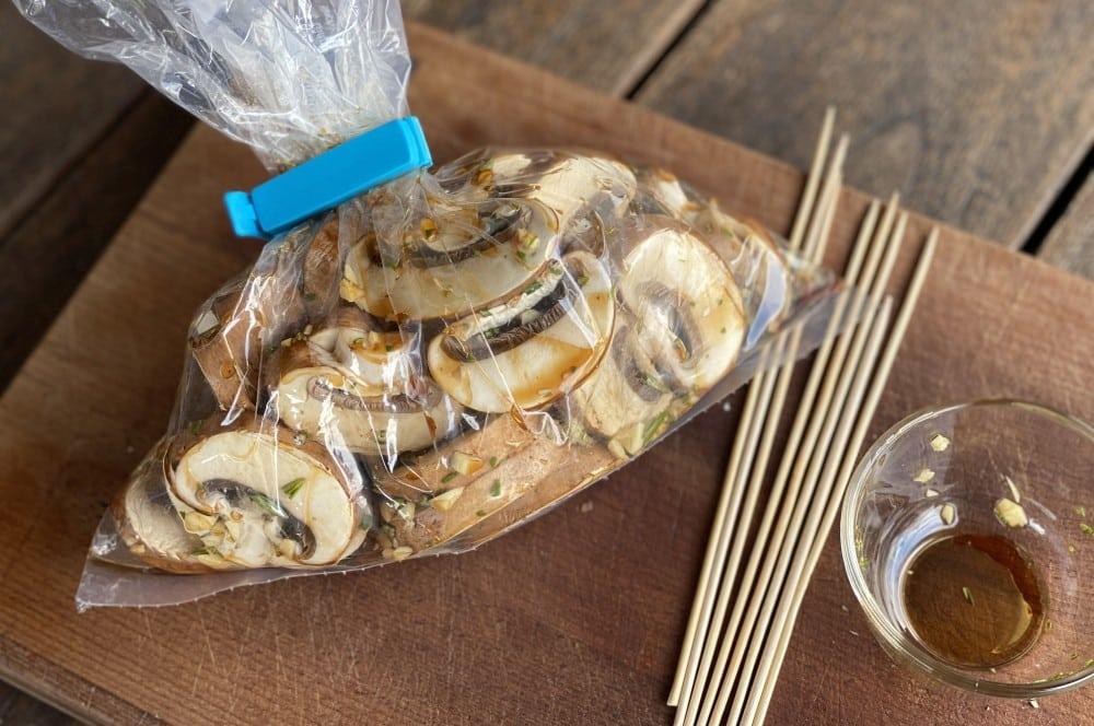Die Champignons werden mariniert balsamico-champignon-spieße-Balsamico Champignon Spiesse 03-Balsamico-Champignon-Spieße mit Knoblauch und Rosmarin