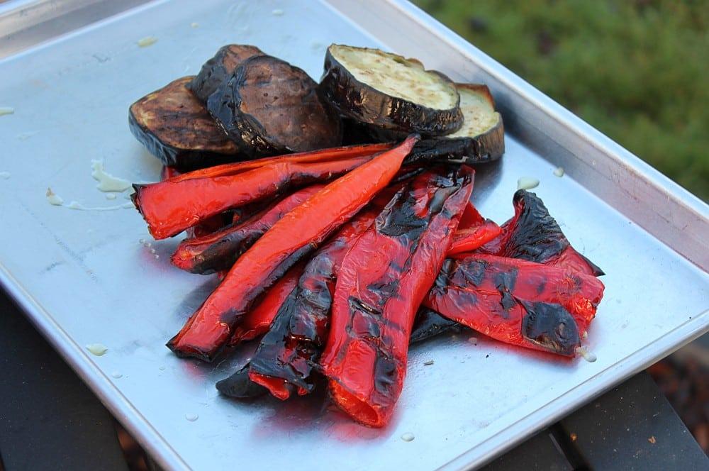 Die gerösteten Paprika werden enthäutet ajvar-Ajvar selber machen Rezept 03-Ajvar selber machen – Rezept für den Paprika-Aufstrich vom Balkan