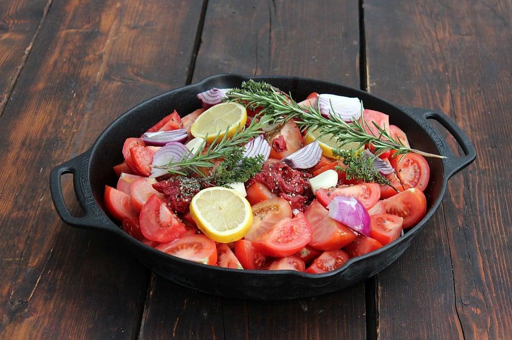 Die Zutaten werden in der Gusspfanne vermengt tomatensuppe-Tomatensuppe 02-Tomatensuppe mit frischen Tomaten – Rezept für eine cremige Suppe