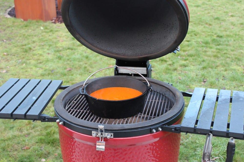Die Suppe wird im Dutch Oven zu Ende gegart tomatensuppe-Tomatensuppe 04-Tomatensuppe mit frischen Tomaten – Rezept für eine cremige Suppe