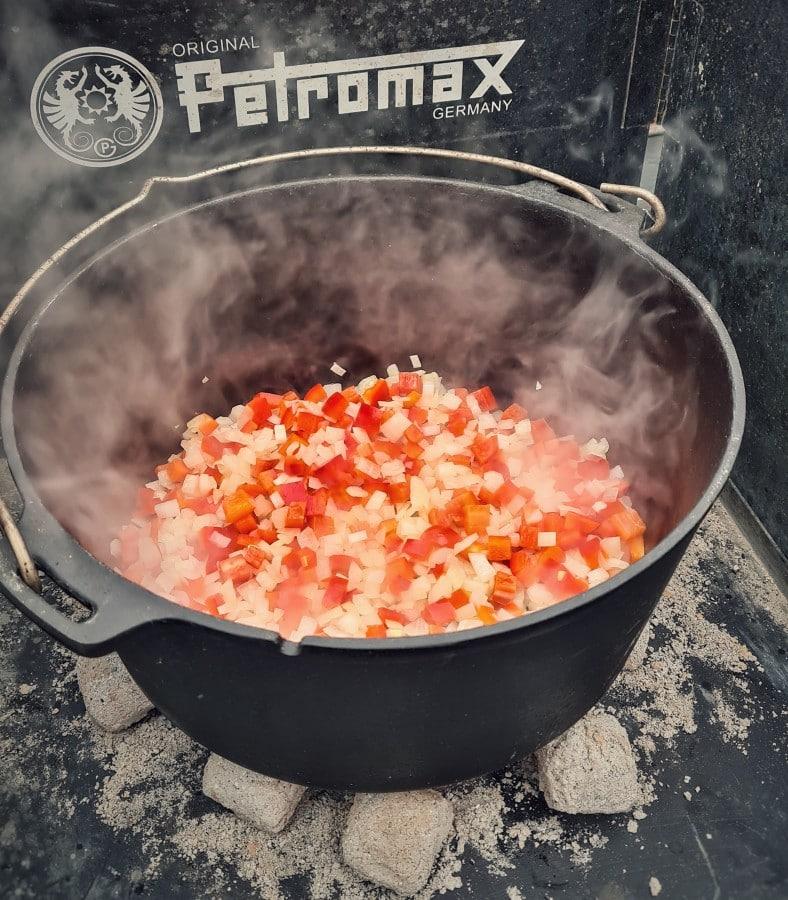 Das Gemüse wird im Dutch Oven angeröstet djuvec reis-Djuvec Reis 02-Djuvec Reis – Rezept für den Gemüsereis mit Paprika, Ajvar und Erbsen djuvec reis-Djuvec Reis 02-Djuvec Reis – Rezept für den Gemüsereis mit Paprika, Ajvar und Erbsen