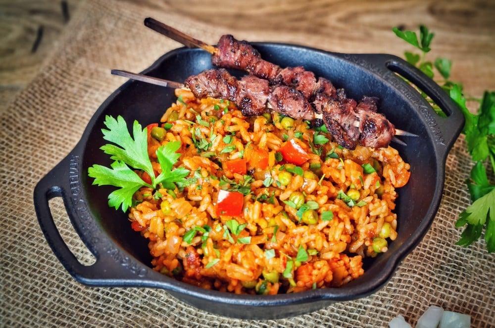 Djuvec Reis mit Ražnjići djuvec reis-Djuvec Reis 05-Djuvec Reis – Rezept für den Gemüsereis mit Paprika, Ajvar und Erbsen