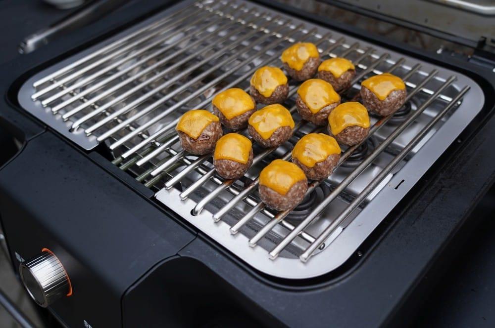 Der Cheddar wird auf den Meatballs angeschmolzen cheeseburger meatballs-Cheeseburger Meatballs 05-Cheeseburger Meatballs